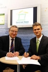 Vertragsunterzeichnung auf der BAU 2011 Herr Althof GF nora system und Herr Bachmann GF Sentinel-Haus Institut