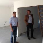 Herr Mittelstädt und Olaf Peter besprechen Details auf der Baustelle